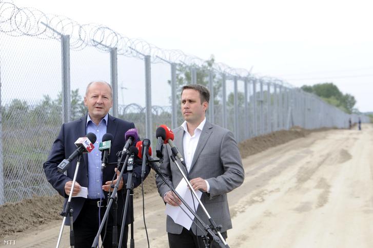 Simicskó István honvédelmi miniszter és Dömötör Csaba a Miniszterelnöki Kabinetiroda parlamenti államtitkára a brüsszeli kvótacsomag biztonsági kockázatairól tartott röszkei sajtótájékoztatójukon 2016. szeptember 21-én