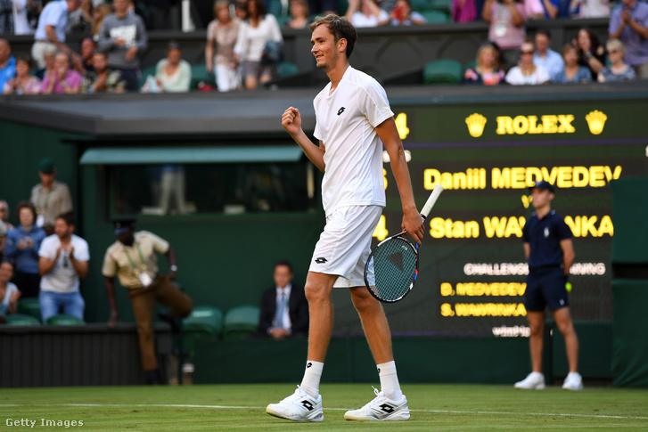 Danyiil Medvegyev Wimbledonban az 1. körben kiverte Wawrinkát, majd a 2.-ban kikapott, és dobálta a pénzt
