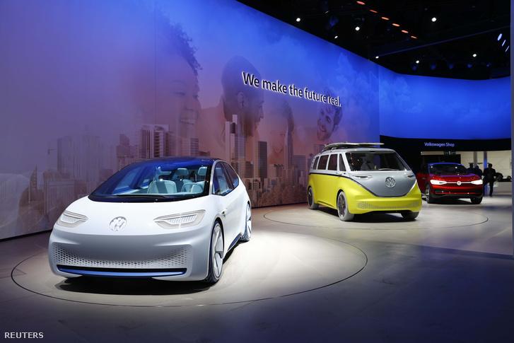 Új Volkswagenek a cég standján, a frankfurti autószalon nyitónapján.