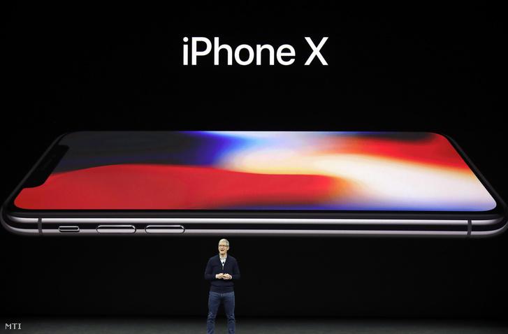 Tim Cook, az Apple amerikai számítástechnikai cég vezérigazgatója az iPhone X okostelefonról beszél a vállalat új fejlesztésű termékeit bemutató rendezvényen az Apple kaliforniai központjában, Cupertinóban 2017. szeptember 12-én.