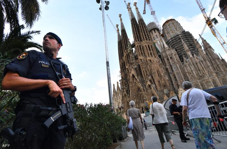 Rendőr posztol a Sagrada Familia előtt 2017 augusztus 20-án