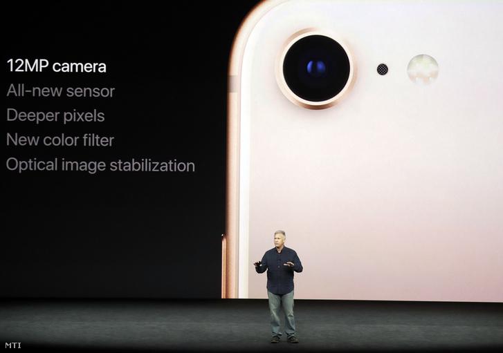 Phil Schiller, az Apple amerikai számítástechnikai cég nemzetközi marketingért felelős vezető alelnöke az iPhone 8 okostelefonról beszél az Apple új fejlesztésű termékeit bemutató rendezvényen a vállalat kaliforniai központjában, Cupertinóban 2017. szeptember 12-én.
