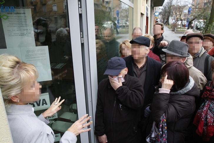 Tanácstalan emberek állnak sorba a Buda-Cash Brókerházzal összefüggésbe hozható Tokaj és Vidéke Takarékszövetkezet miskolci fiókja elõtt 2015. február 26-án hogy pénzükhöz vagy legalábbis annak egy részéhez jussanak.