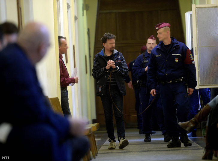 A Buda-Cash-ügy kapcsán március 9-én õrizetbe vett gyanúsítottak egyikét vezetik a Fõvárosi Törvényszék Fõ utcai épületében 2015. március 11-én.