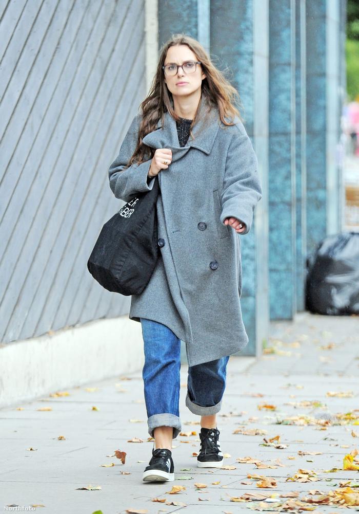 MENNYIRE LAZA (casual) ÉS STÍLUSOS (stylish)a színésznő ezen a fáradt őszi reggelen.