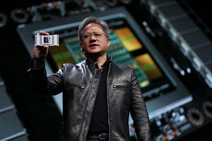 Jensen Huangaz Nvidia vezérigazgatója bemutatja a Tesla V100-at.