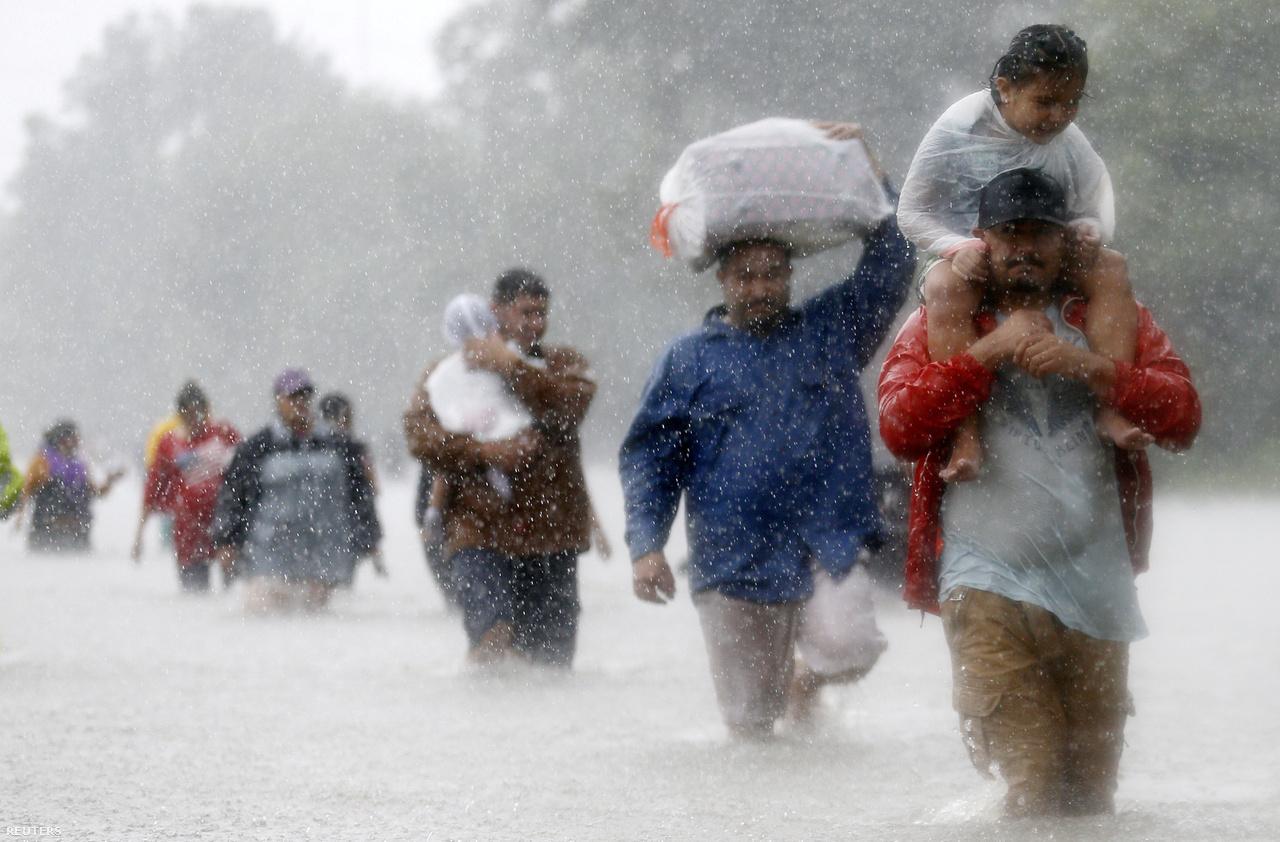 Lakosok küzdenek az áradással a Harvey alatt Texasban. Az korábban is előfordult már, hogy egymás után erős hurrikánok csaptak le az Egyesült Államokra, de most először történt meg, hogy egy évben ennyi legalább 4-es kategóriájú hurrikán érte el az amerikai szárazföldet. Míg a 4-es kategóriájú Harvey a Mexikói-öbölben erősödött meg, és onnan fordult északra, addig Irma és Maria az Atlanti-óceán felől indult meg pusztító útjára.