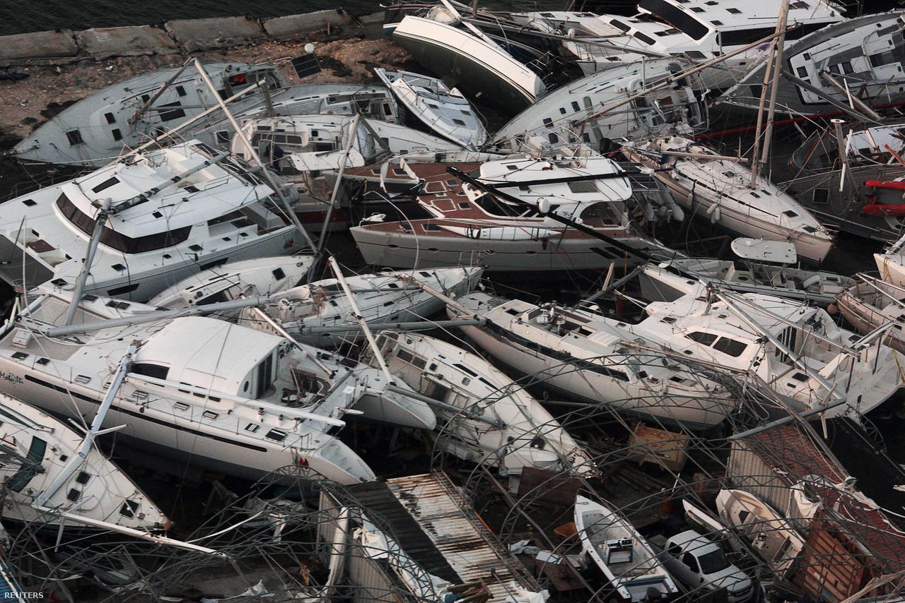 Egymásra torlódott jachtok Szent Martin szigetén.