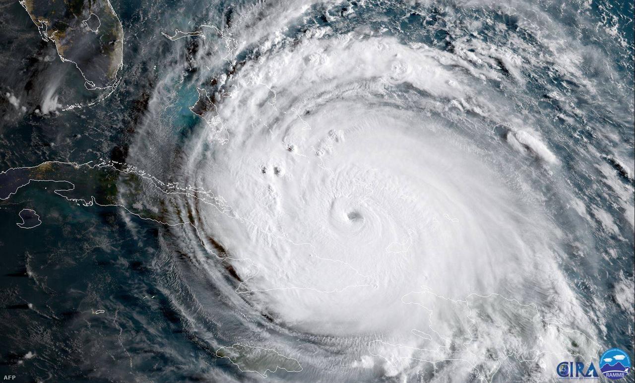 Az Atlanti-óceán hurrikánjai közül is kiemelkedő Irma 37 órán keresztül tartotta a 297 km/h-s csúcssebességét, a mérések kezdete óta még egyetlen hurrikán sem bírta ilyen sokáig ilyen erővel. Irma több mint három napig tombolt 5-ös kategóriájú hurrikánként, ami szintén új rekordot jelentett. Harvey a járulékos hatásaiban emelkedett ki: olyan özönvizet, több mint 1318 mm csapadékot zúdított Houstonra néhány nap alatt, ami miatt az évezred esőjének nevezték.