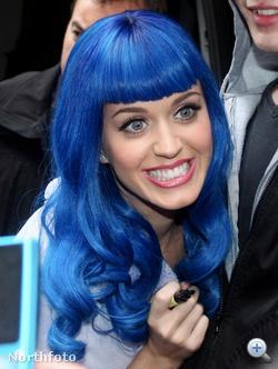 Katy Perry ikonikus kék parókában dedikál.