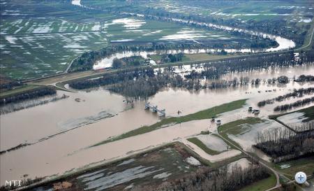 Belvíz borítja a békésszentandrási duzzasztómű területét