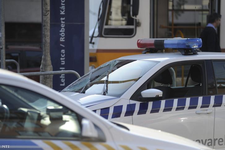 A BKV betört szélvédõjû zavarelhárító autója 2017. szeptember 8-án a Róbert Károly körút és Lehel út keresztezõdésében lévõ villamosmegállónál ahol a jármû elgázolt egy gyalogost.