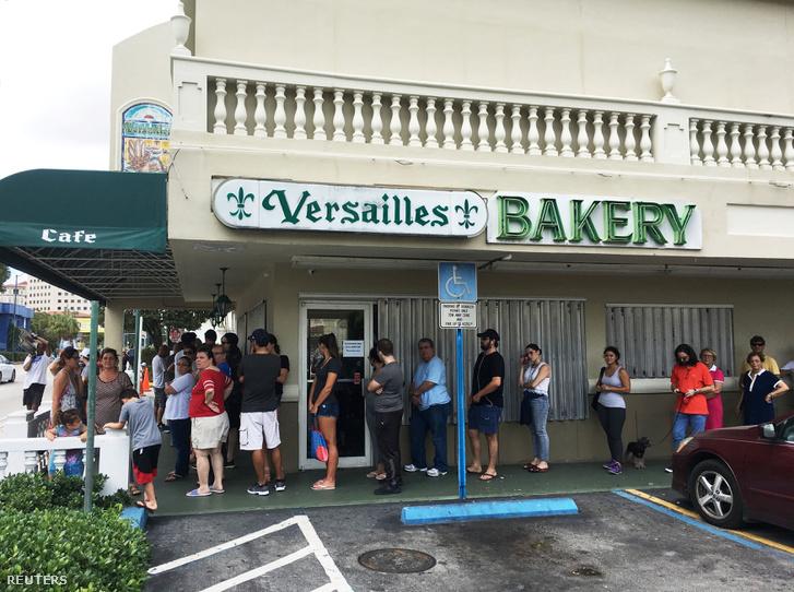 Sorbanállás egy pékség előtt Havannában