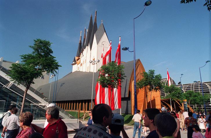 A pavilon 1992-ben, a világkiállításon