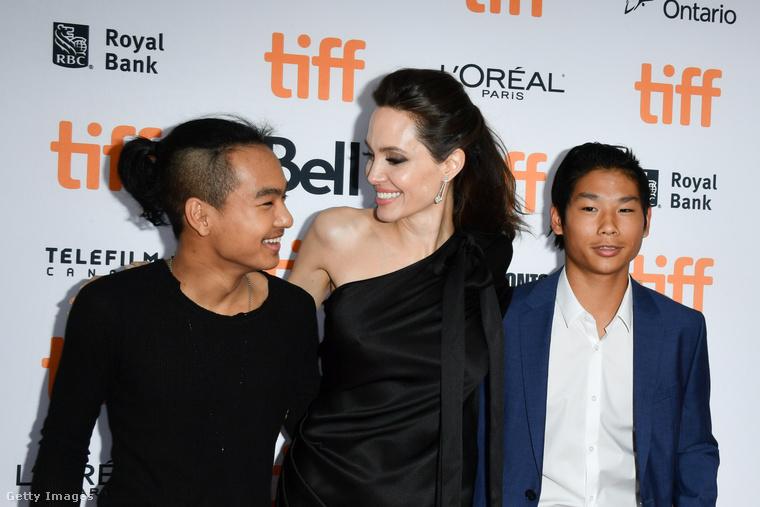 Maddox (balra) kutatómunkát végzett, és amúgy a film producere, öccse, Pax (jobbra) pedig a forgatáson fotózott.