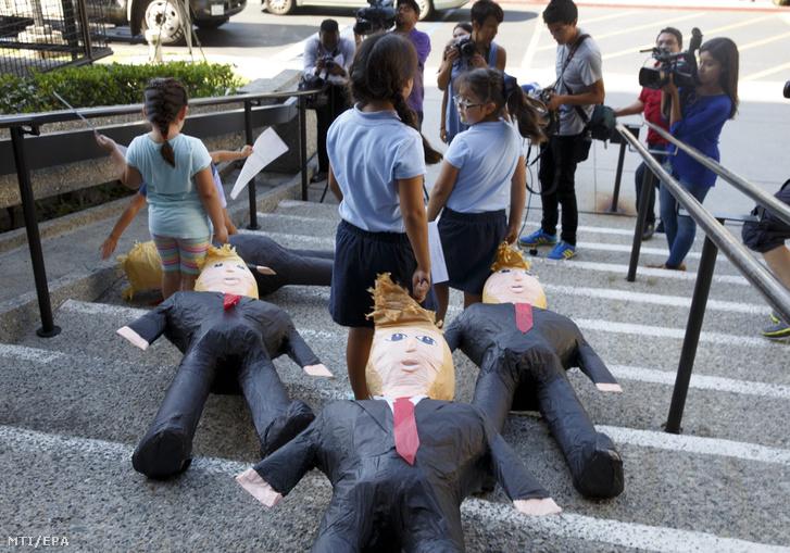 Bevándorló szülőknek az Egyesült Államokban született gyermekei Donald Trump amerikai republikánus párti elnökjelölt gúnyfiguráit húzták maguk mögött az elnökjelölt bevándorlás-politikáját ellenző megmozduláson a Kalifornia állambeli Norwalkban 2016. augusztus 31-én. Aznap Trump az arizonai Phoenixben tartott beszédében az amerikai-mexikói határ újabb falszakasszal való megerősítésével és tömeges kitoloncolással fenyegette meg az illegálisan az Egyesült Államokba belépő illetve a már ott-tartózkodó bevándorlókat.