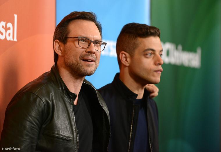 Christian Slater alakítja Malek apját a sorozatban - szerep szerinti fia itt éppen hozza a sorozatban általában látható arcát.