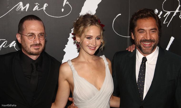 De mondjuk itt már be is állt Javier Bardem, az Anyám! férfi főszereplője Aronofsky helyére a képre, a rendező pedig átállt a másik oldalra.