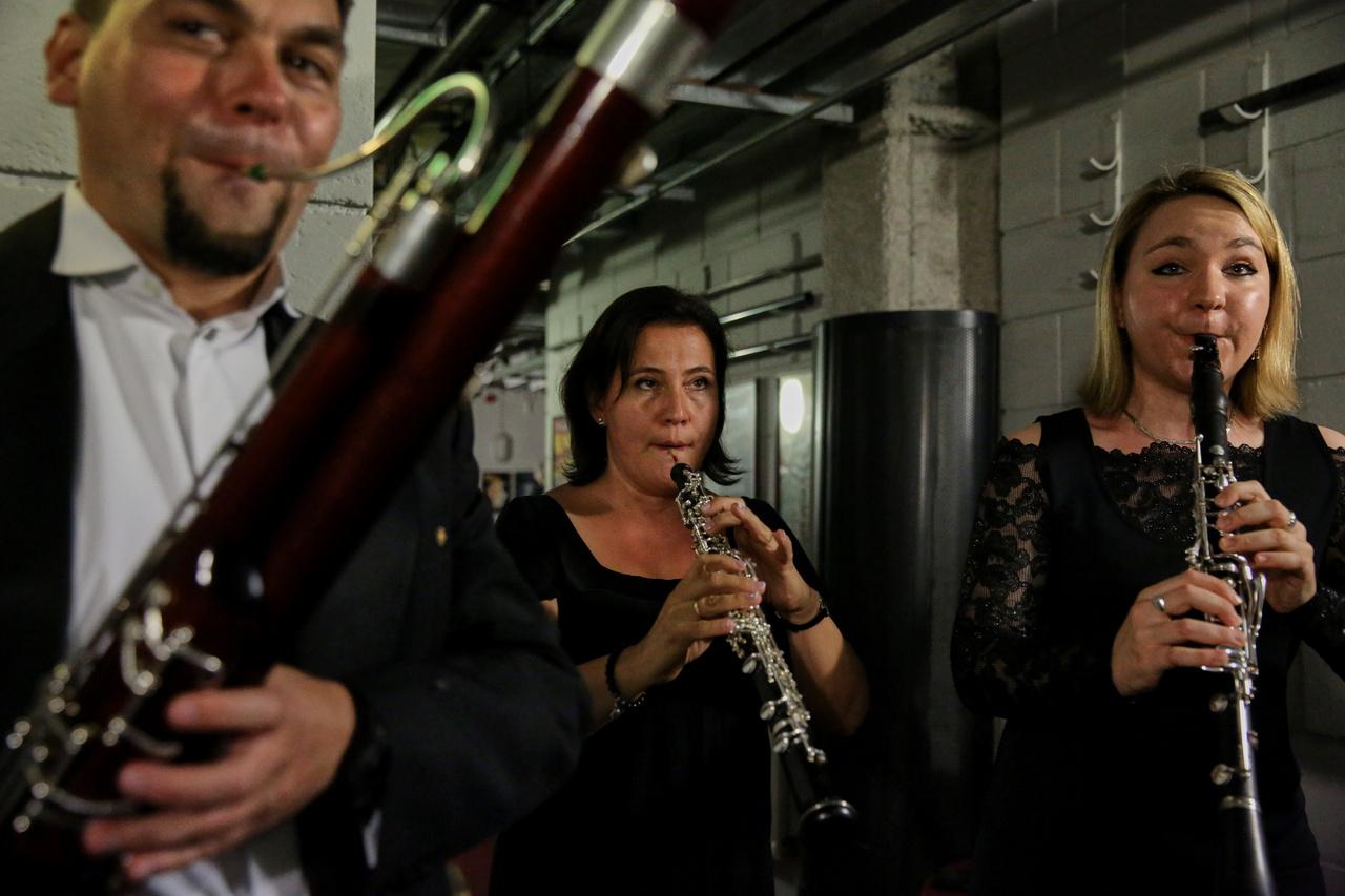 A szünetben a többi zenész is próbált a Festival Theater fellépőknek szánt hátsó labirintusában. Jobbról balra: Tallián Dániel, Berta Beáta, és Sallai Noémi.