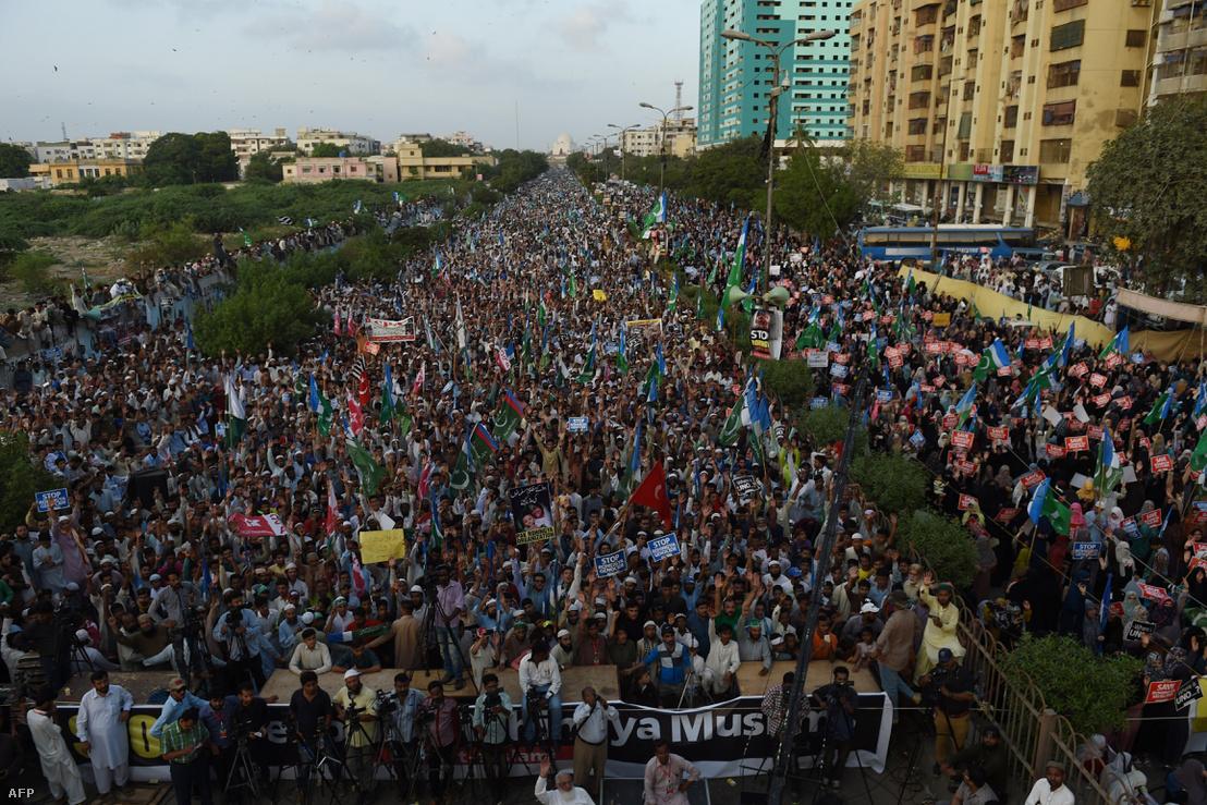 Tömegtüntetés Pakisztánban a rohingjákért