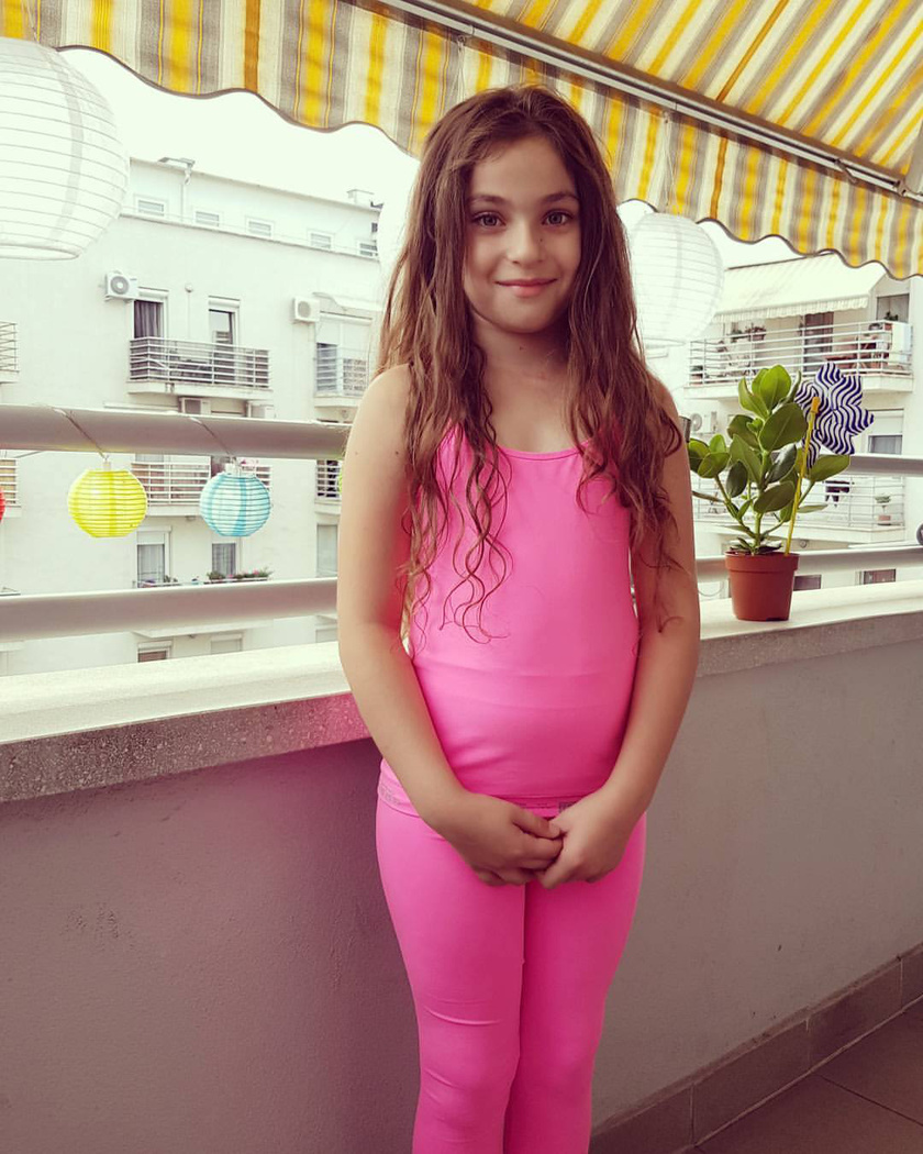 A kis Karla igazi tünemény, aki most kezdte az általános iskola első osztályát.