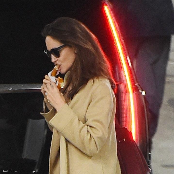 Hogy ne csak puccban lássák: tessék, íme a színésznő, két elfoglaltsága között, perecet falatozva.Jolie a Hollywood Reporternek arról nyilatkozott, most éppen nincs olyan történet, amit szívesen rendezne, ezért valószínűleg legközelebb színészként lesz köze filmhez