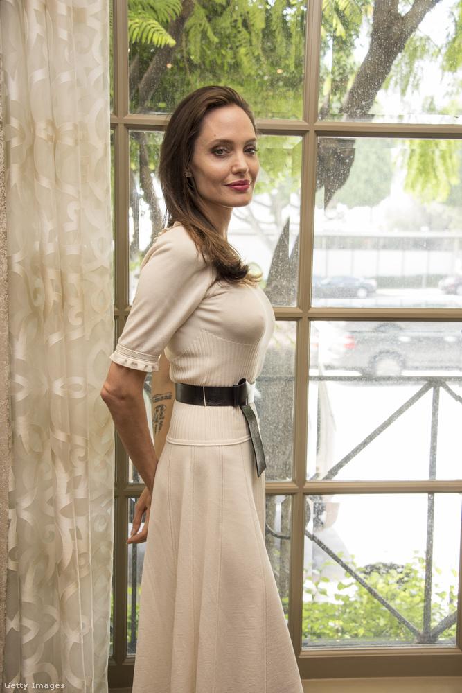 De a színészből lett rendezőnek még tényleg hosszú utat kell megtennie addig, amíg testileg és lelkileg is a topon lesz: soványsága szembeötlő, interjúiban pedig magányról, csalódásról, betegségekről és kemény munkáról beszél.Igaz, a vékonysága nem új keletű - több mint egy éve írtunk arról, hogy bár Jolie tényleg végletesen karcsúnak tűnik, igazából sosem volt teltebb.Úgyhogy most beszéljünk másról!