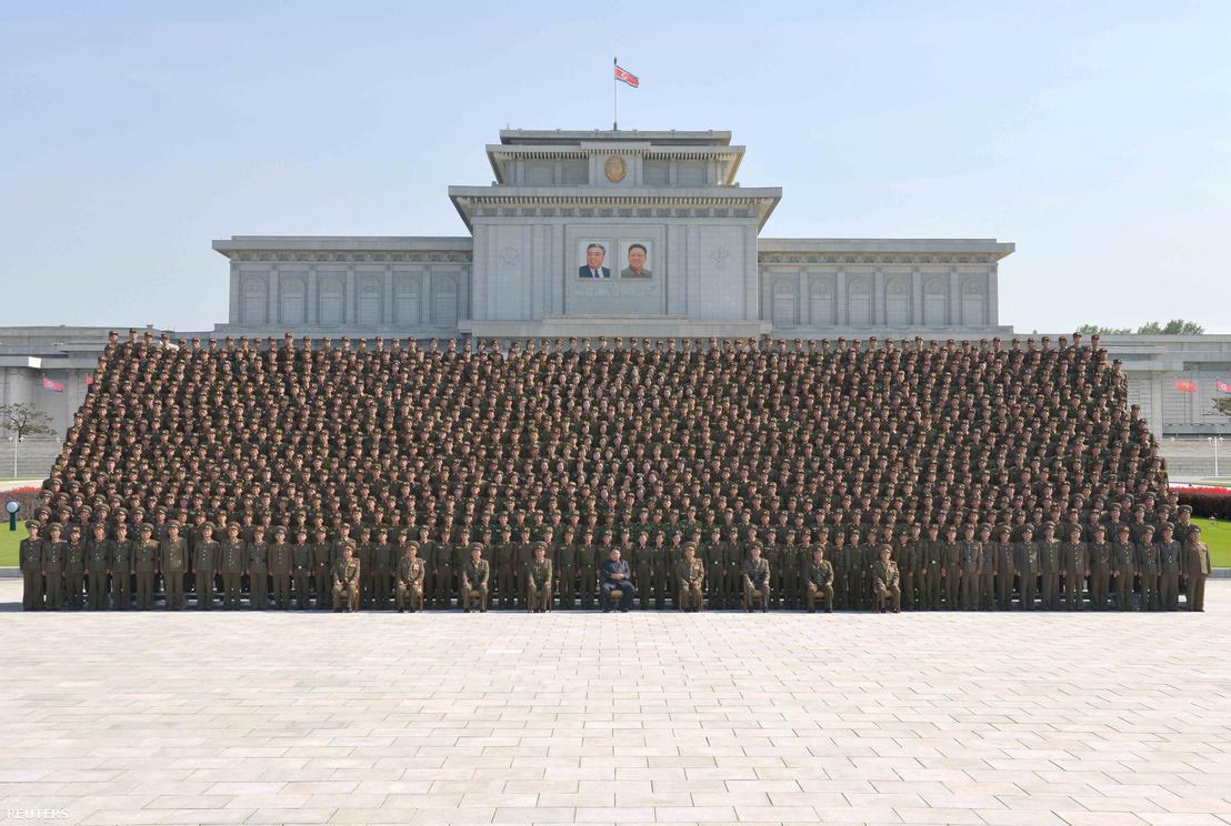 Kim Dzsongun és az Észak-koreai hadsereg vezető titkárai egy közös képen.