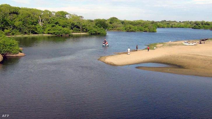 Csónakkal emelték ki a férfi holttestét a vízből.