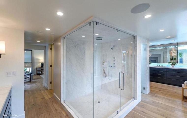 Mi már eléggé unjuk a rengeteg fekvőfelületet, úgyhogy szeretettel mutatjuk meg ezt az impozáns zuhanykabint
