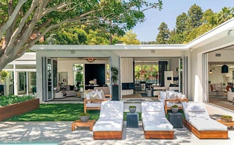A jellegzetesen luxuskaliforniai házat egy henyélőterasznak becézhető valamivel látták el: a medence melletti napozóágyak mögött