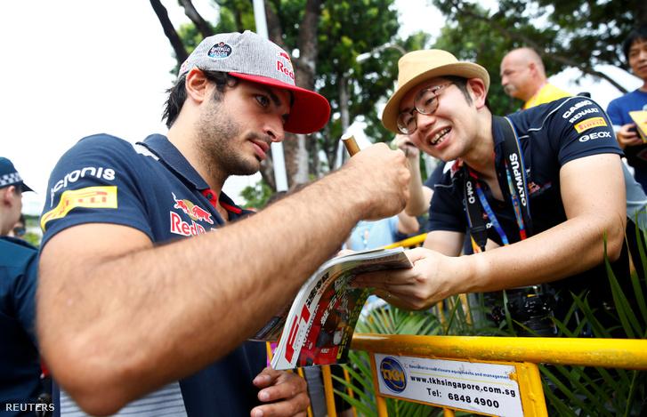 Carlos Sainz Jr. autogramokat osztogat Szingapúrban
