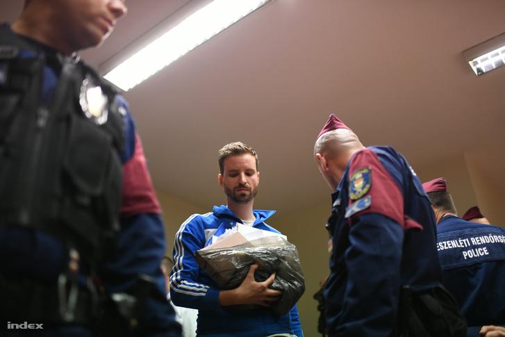 Gulyás Márton tárgyalása, miután rendőrök vitték el a Sándor Palota előtt szervezet CEU-tünetésről