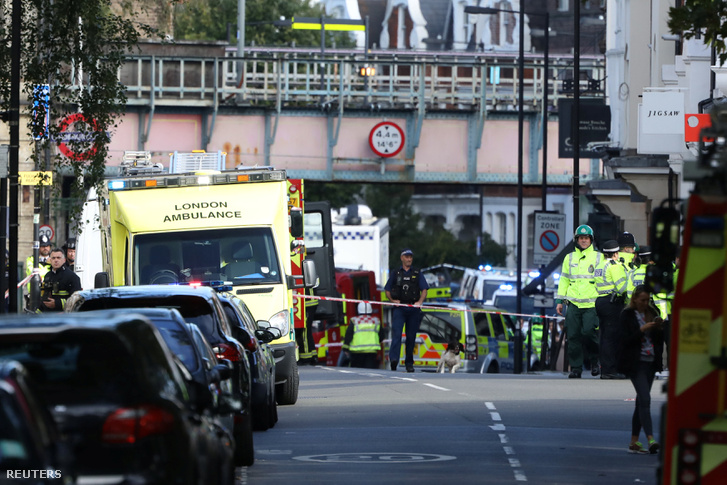 Rendőrök, mentők és tűzoltók a londoni Parsons Green metróállomásnál, a robbantás helyszínén