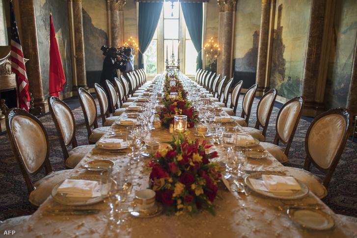 Terített asztal Trump és a kínai elnök vacsoráján Mar-a-Lagóban 2017. április 6-án