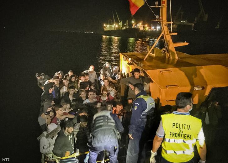 A román határrendőrség által közreadott képen a Fekete-tengerből kimentett illegális bevándorlókkal a fedélzetén érkezik a parti őrség egyik hajója a constantai kikötőbe 2017. szeptember 13-án