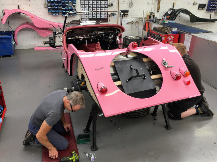 A pink Plus 4-hez pink bőrt és pink tetőtextilt is rendelt a dizájnérzékeny leendő tulaj