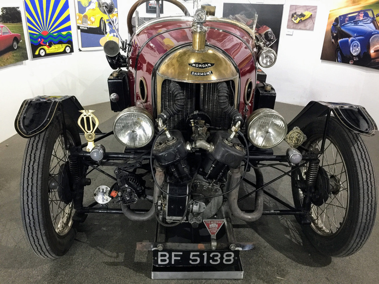 Ez a 90 éves Darmont-Morgan háromkerekű megfutotta a 150-et, és rommá nyerte magát Franciaországban