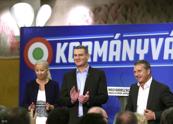 Középen Botka László a Magyar Szocialista Párt miniszterelnök-jelöltje, jobbján felesége, Lugosi Andrea, balján Molnár Gyula pártelnök