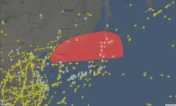 A Flightradar24 térképén elég jól látszik, hogy nem sok repülőgép merészkedik a veszélyes zónába