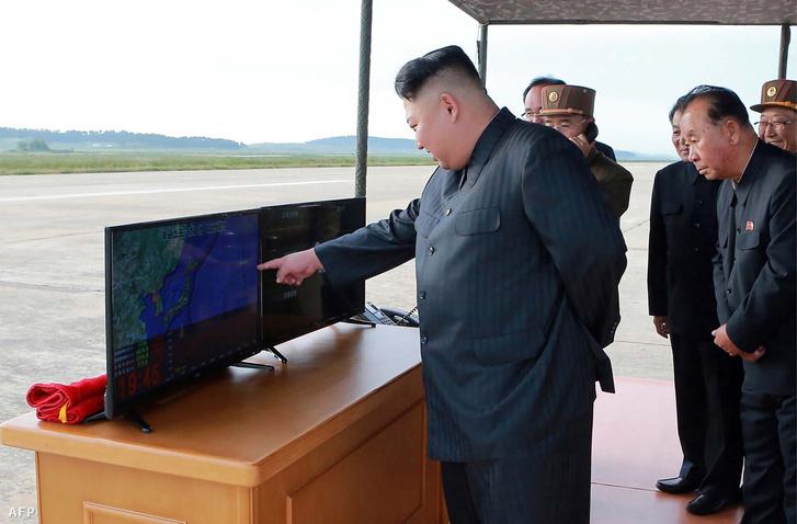 Kim Dzsongun mutatja, hogy merre megy a rakéta (szeptember 16-án kiadott hivatalos fotó)