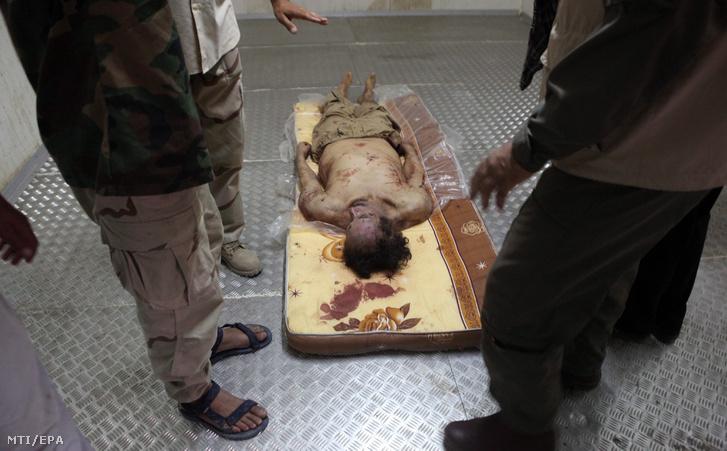 Moammer el-Kadhafi volt líbiai vezető holtteste fekszik egy miszrátai kórház hullaházában egy nappal az után hogy a líbiai Átmeneti Nemzeti Tanács (ÁNT) harcosai elfogták és megölték