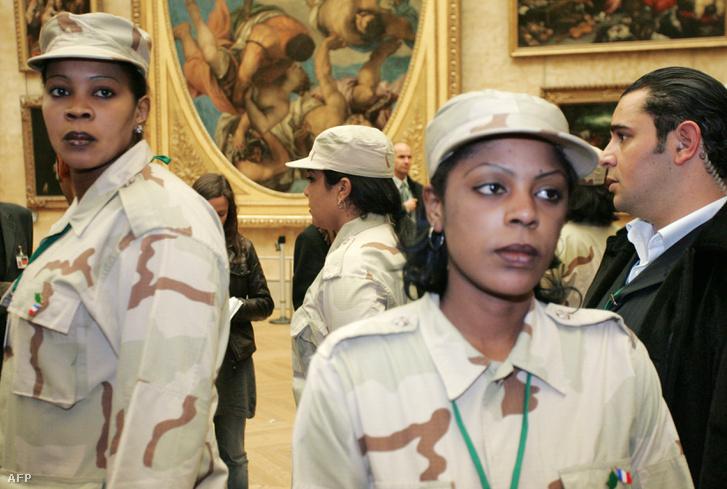 Líbiai amazonok a párizsi Louvre-ban, ahová 2007-ben látogatott a líbiai vezető.