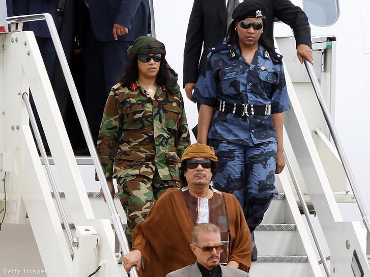 Kadhafi Római látogatásakor, 2010. augusztus 29-én. Az olasz fővárosba testőrnői is elkísérték.