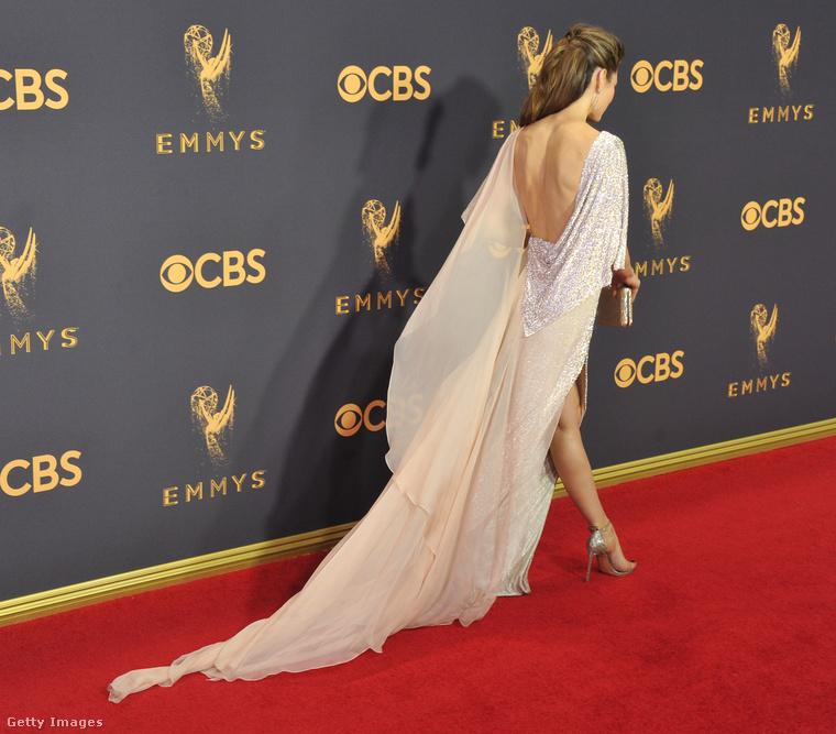 Jessical Biel köszöni a gratulációkat, de most gyorsan távozik, mielőtt a férje összetrollkodja a képeket, mint az Oscar-gálán