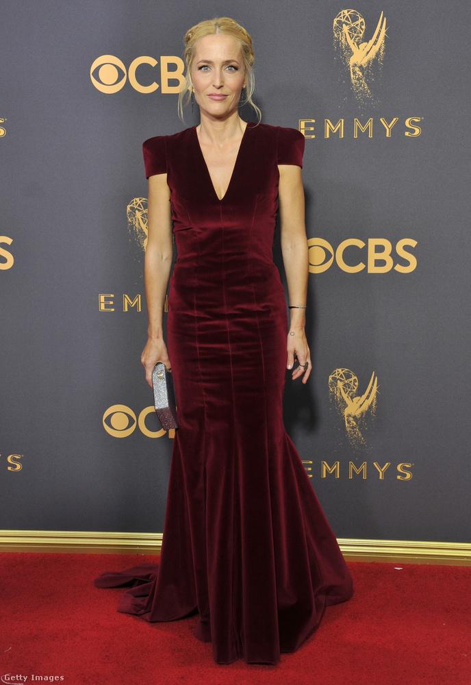 Reméljük, senki nem bánja, hogy kicsit átcsusszantunk a vörösből a bordóba, dehát ez Gillian Anderson az X-aktákból! Teljesen úgy néz ki, mint egy tünde, amire a frizura is igencsak ráerősít.
