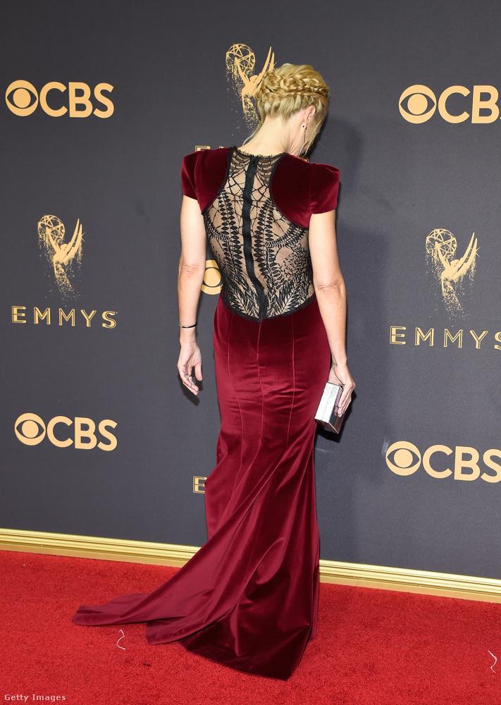 Ez szintén Gillian Anderson, nem gondoltuk volna, de hátulról izgibb-szexibb ez a ruha, mint elölről! Még szerencse, hogy megfordult egyet a fotósok kedvéért.