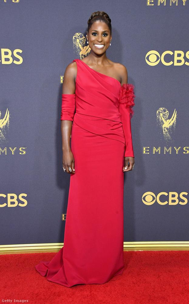 Issa Rae színésznő mutatja be a következő piros-vörös ruhát, ez egy roppant szimpla fazon, felül egy kis aszimmetriával, hogy mégiscsak legyen benne egy kis izgalom