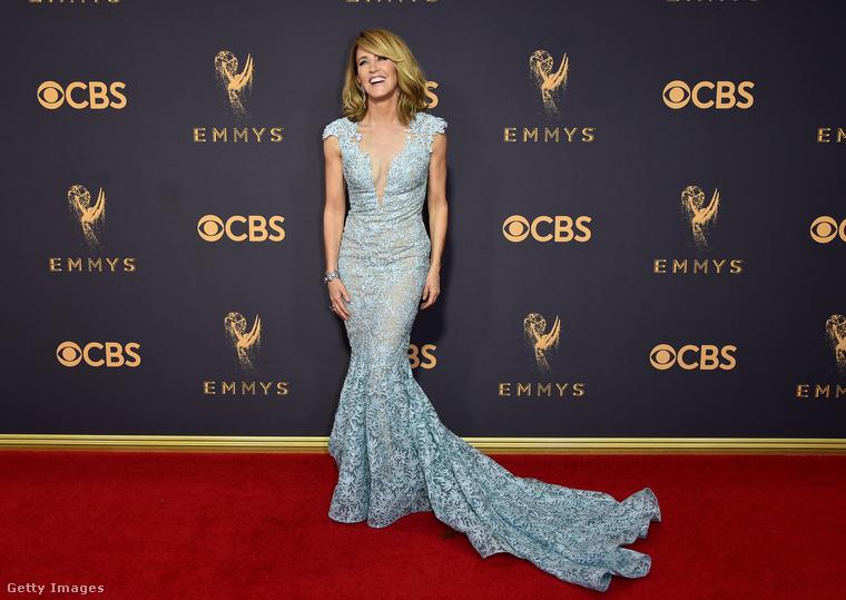És kicsit illetlenség ezen meglepődni, de Felicity Huffman is elképesztően csinos volt az Emmy-kiosztón