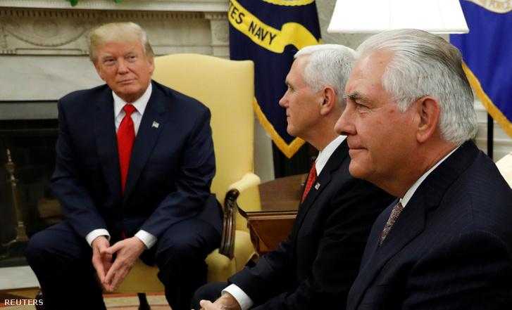 Donald Trump elnök, Mike Pence alelnök és Rex Tillerson külügyminiszter a Fehér Házban